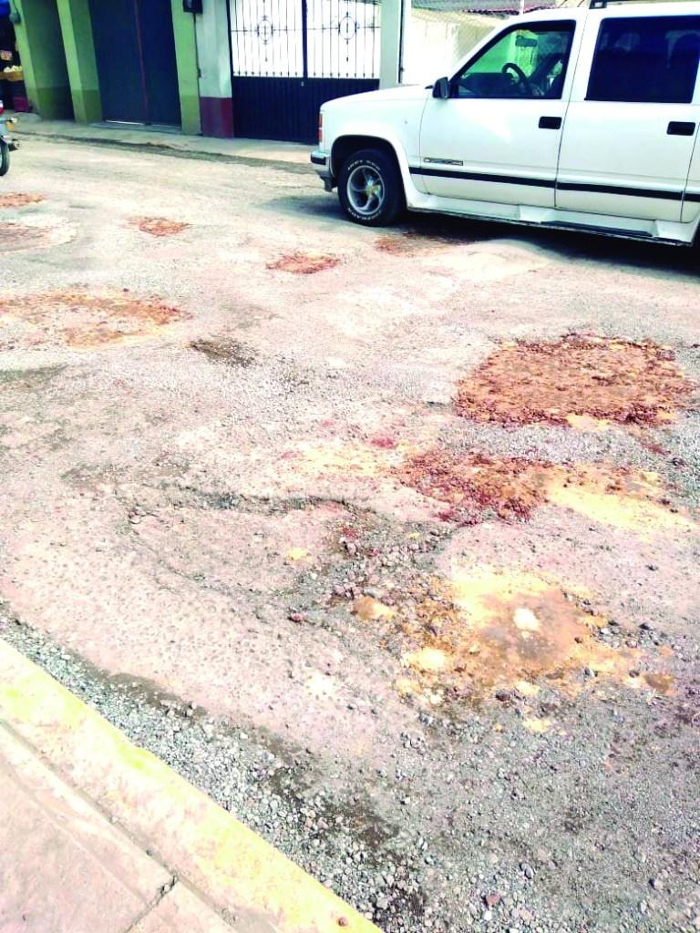 Vecinos de Cuautepec recriminan el mal bacheo que se hizo a la entrada de la cabecera municipal, frente a una tienda de autoservicio, pues señalaron que bachearon hace unos 15 días y con las recientes lluvias el material ya se erosionó.Vecinos de Cuautepec recriminan el mal bacheo que se hizo a la entrada de la cabecera municipal, frente a una tienda de autoservicio, pues señalaron que bachearon hace unos 15 días y con las recientes lluvias el material ya se erosionó.