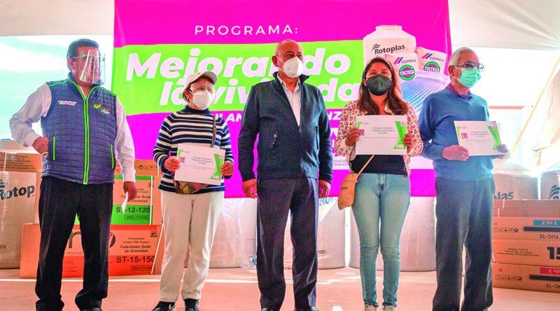 """El alcalde Jorge Márquez, entrega calentadores y tinacos a personas vulnerables con el programa """"Mejorando La Vivienda"""""""