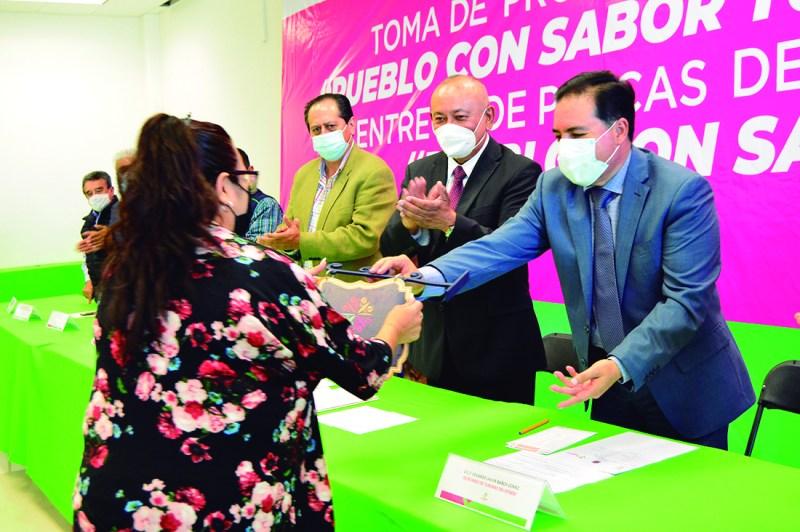 El secretario de Turismo estatal Eduardo Baños Gómez y el acalde de Tulancingo, Jorge Márquez Alvarado, entregaron 39 distintivos Pueblo con Sabor, a igual numero de establecimientos en la localidad, en el marco del Día Internacional del Turismo.