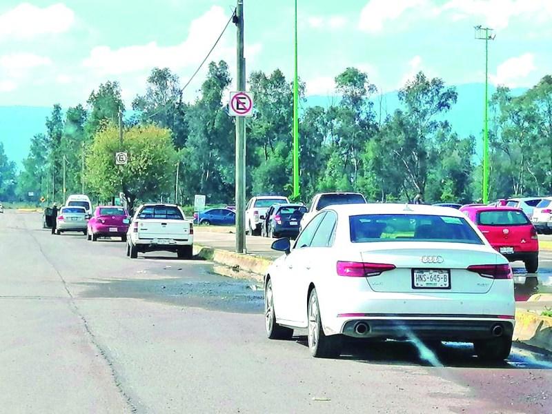 Algunos ciudadanos se preguntan por qué en las inmediaciones de la presidencia municipal, hay discos que prohiben el estacionamiento en la aceras, pero los automovilistas hacen caso omiso.