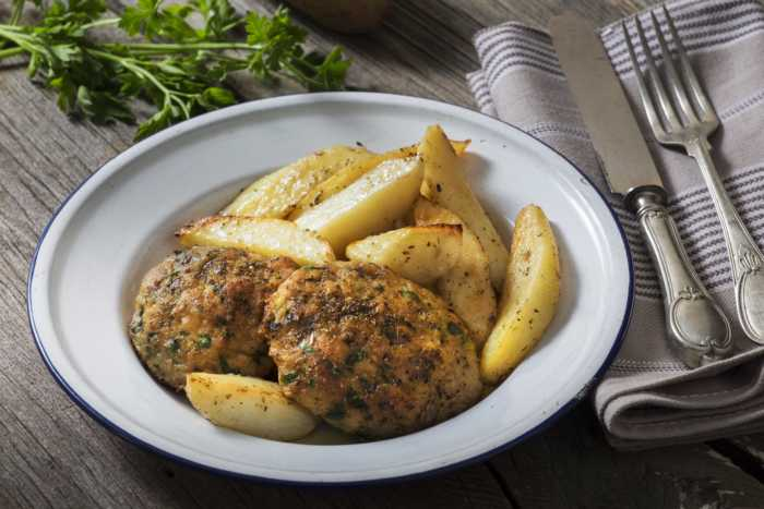 Μπιφτέκια από σουπιά και καλαμάρια με πατάτες στο φούρνο