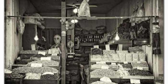 Μπακάλικα, εδώδιμα αποικιακά με τη σέσουλα και ο «μπακαλόγατος» της γειτονιάς
