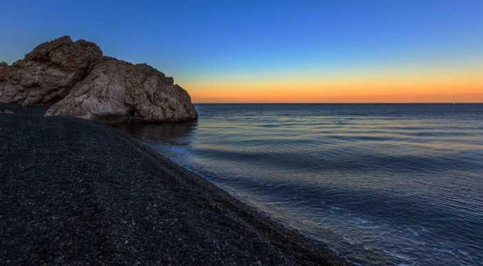 Η «μαύρη» παραλία της Ελλάδας που όμοια της δεν υπάρχει πουθενά αλλού στον κόσμο