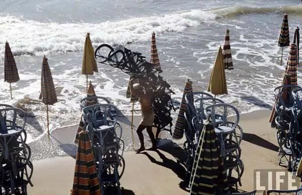 Sillas y sombrillas se juntaban y desplegaban todos los días para evitar que la marea se las llevara.