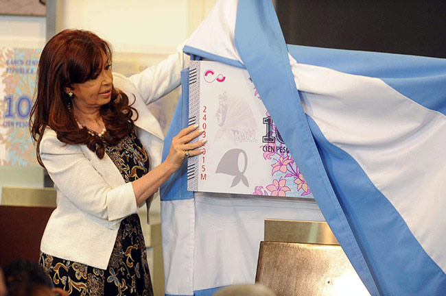 Cristina-Kirchner-muestra-nuevo-billete-100-madres