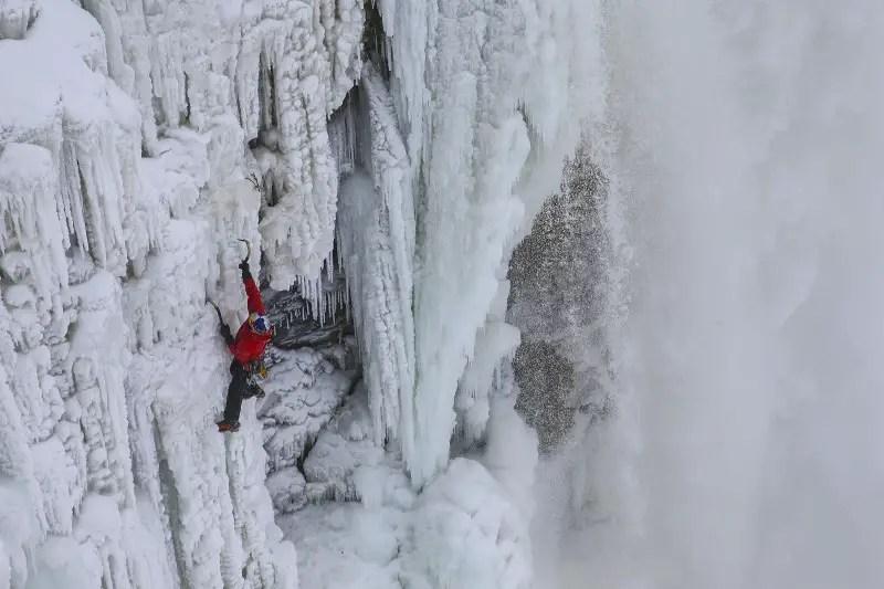 Escaló por primera vez las congeladas cataratas del niágara
