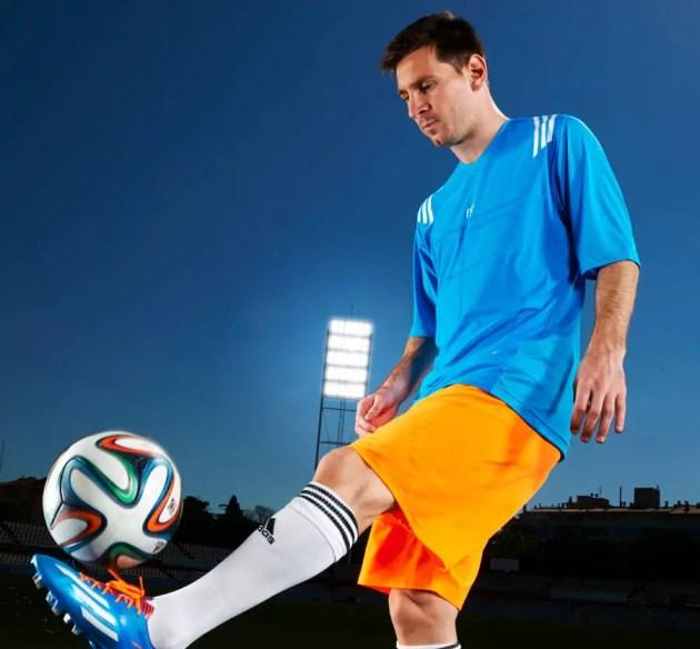 Lionel Messi con Brazuca II (1)