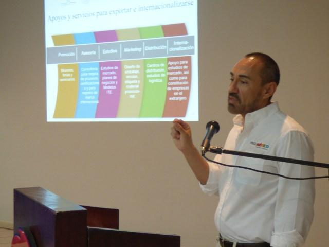 Expositor de ProMéxico en el curso de capacitación a microempresarios de Mexicali.