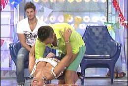 Vicente y una pretendiente haciendo la 'tijereta' en directo
