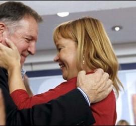 Marcelino Iglesias se abraza con Leire Pajín.