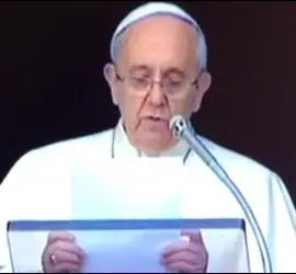 El Papa, con dos niños durante el Angelus