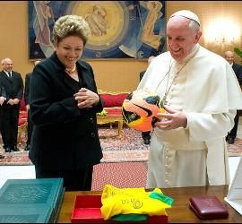Dilma entregó a Francisco una camiseta firmada por Pelé y un balón, por Ronaldo