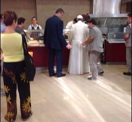 El Papa, a la cola en el comedor