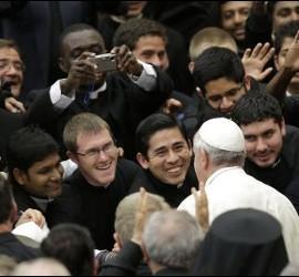 Francisco con algunos sacerdotes
