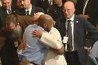 El Papa abraza a un preso
