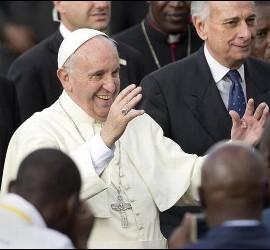 El Papa, alegre, en Kenia