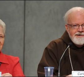 Marie Collins y el cardenal O'Malley