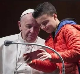 El Papa observa un selfie
