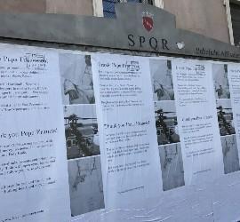 Nuevos carteles en Roma le dan las gracias al Papa Francisco