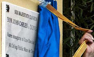 Los Reyes inauguran un instituto en el que no se puede elegir el español