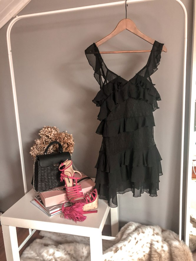 Vestido volantes negro con encaje Femme Luxe