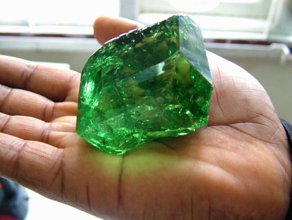 Bongkahan batu Emerald / Zamrud
