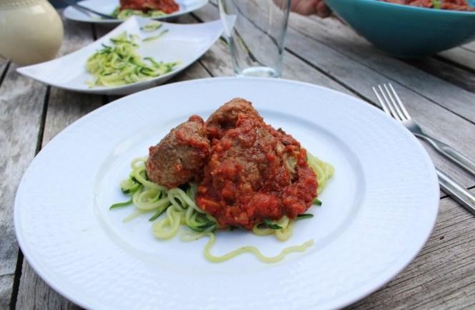 Köttbullar i tomatsås och zucchinipasta
