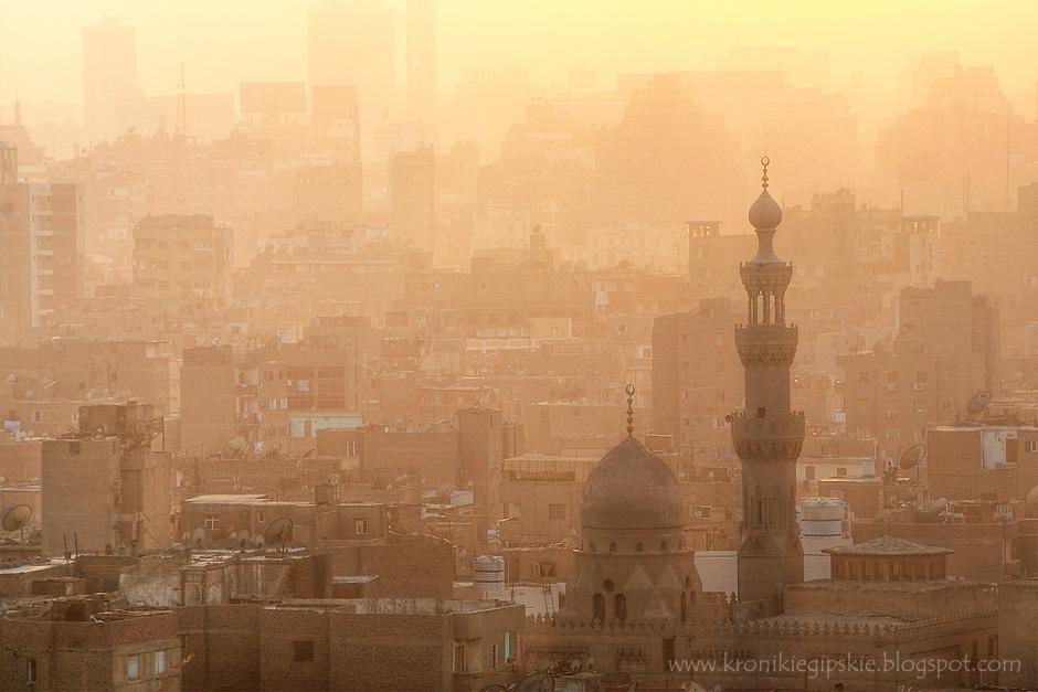 """3. Kair, Egipt. Słowo meczet oznacza dowolny budynek, w którym oddaje się cześć Allahowi, niezależnie od jego architektury. Z czasem jednak minarety stały się podstawową częścią meczetów, z których muezini pięć razy dziennie nawołują do modlitwy. Dawniej muezini za każdym razem wspinali się na minarety. Obecnie na minaretach umieszczone są głośniki, a wezwanie do modlitwy najczęściej odtwarzane jest """"z taśmy"""". (Fot. Anna Krukowska)"""