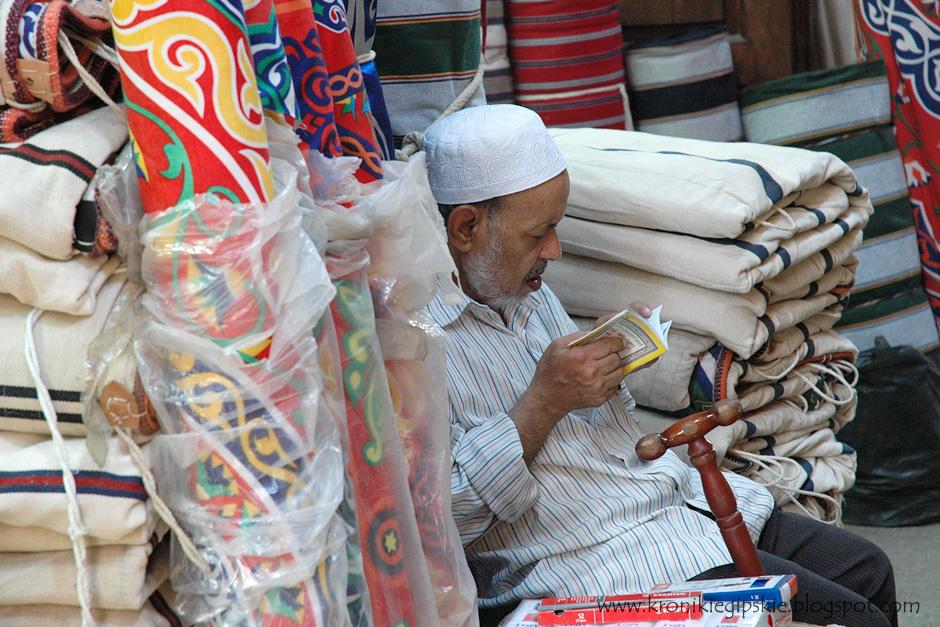4. Kair, Egipt. Muzułmanie stanowią blisko 90 proc. mieszkańców Egiptu. Widok modlących się lub czytających Koran przed sklepami, na ulicach, czy nawet w budkach strażniczych jest w Kairze rzeczą najzupełniej naturalną. (Fot. Anna Krukowska)