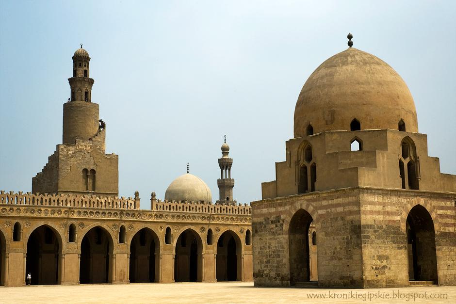 11. Kair, Egipt. Meczet sułtana Ibn Toulouna, zbudowany w 879 roku, jest najstarszym zachowanym meczetem w Kairze. W czasach, kiedy w Polsce nikt nie marzył nawet o budowaniu z kamienia, Ibn Toloun wybudował z cegły mułowej meczet o powierzchni 3 hektarów, aby pomieścić całą męską część populacji dzielnicy na piątkową modlitwę. Charakterystyczny minaret z biegnącymi spiralnie zewnętrznymi schodami jest znakiem rozpoznawczym tego meczetu. (Fot. Anna Krukowska)