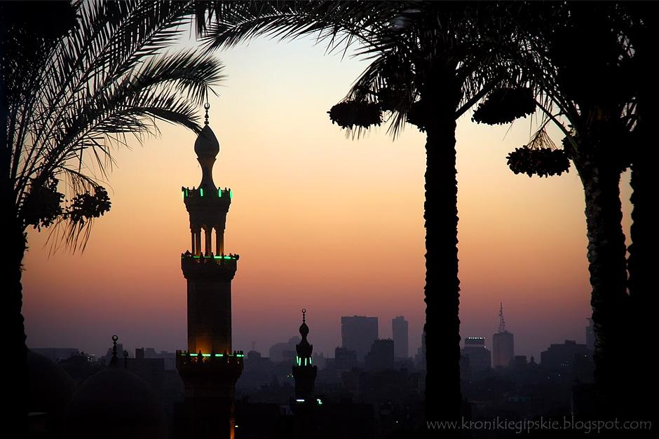 """19. Kair, Egipt. Kiedy tylko słońce zniknie za horyzontem odzywają się nawoływania muezinów do czwartej modlitwy. """"Allahu akbar"""" – jak potężna pieśń płynie z tysiąca minaretów przez cały Kair. (Fot. Anna Krukowska)"""