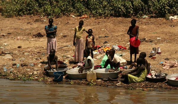 Sudan - kobiety robią pranie nad Nilem