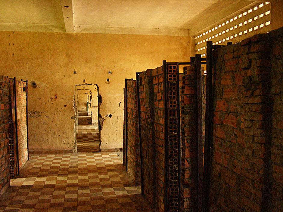 11. Kambodża, Phnom Penh. W trzech budynkach Tuol Sleng sale zostały podzielone na cele o rozmiarach zaledwie 0,8x 2 m., których izolowana więźniów. (Fot. Paweł Olszański)