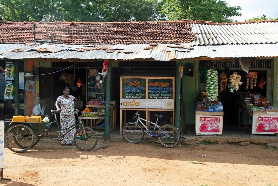 03. Sri Lanka. A jak już się ma tą odrobinę rupii można iść do sklepu po zakupy. (Fot. Ewa Serwicka)