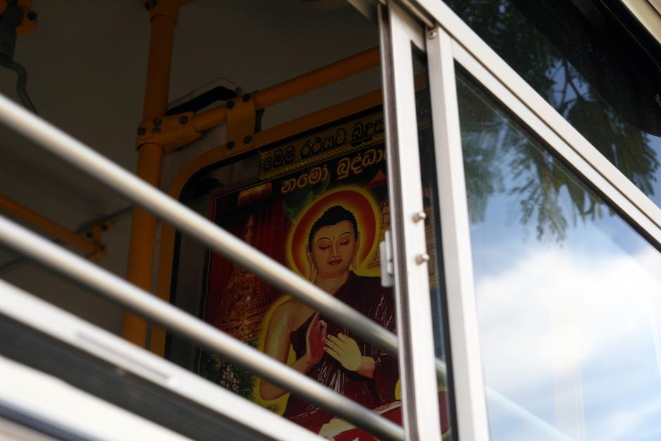 15. Sri Lanka. W autobusie można się pomodlić o to, żeby się przypadkiem nie zapalił. (Fot. Ewa Serwicka)