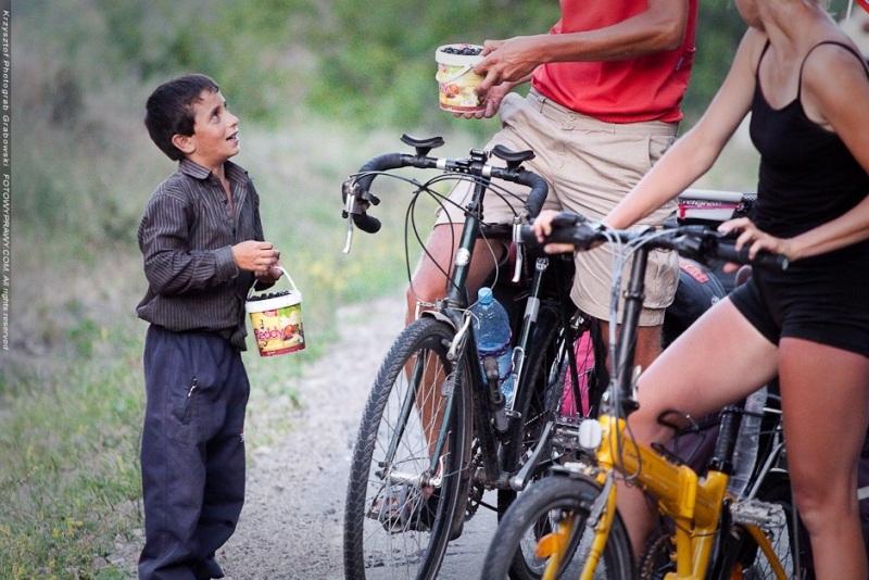 Chłopiec przy drodze sprzedaje nam owoce leśne. (Fot. Krzysztof Grabowski)