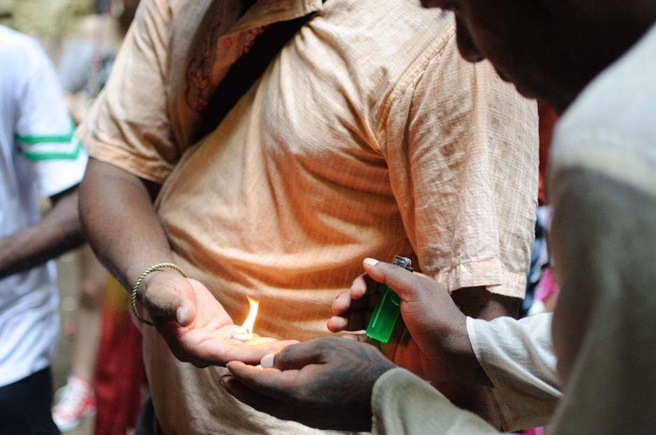 9. Jaskinie Batu, Malezja. Aby zmniejszyć ból, pielgrzymy wspomagają się uzywkami i wprowadzani są w trans. (Fot. Marcin Czajka)