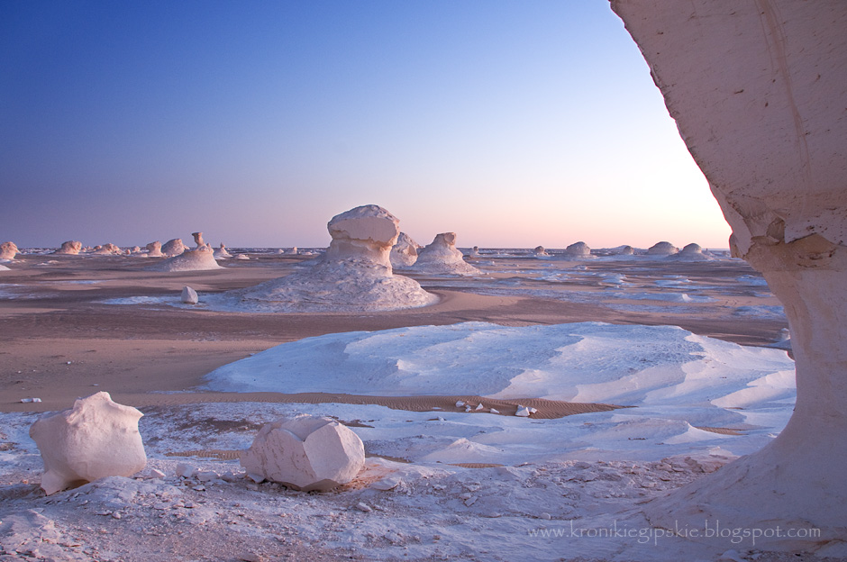 5. EGIPT, Sahara. Wapienne skały Białej Pustyni w zależności od pory dnia zmieniają swoje kolory i panującą wokół atmosferę. (Fot. Anna Krukowska)