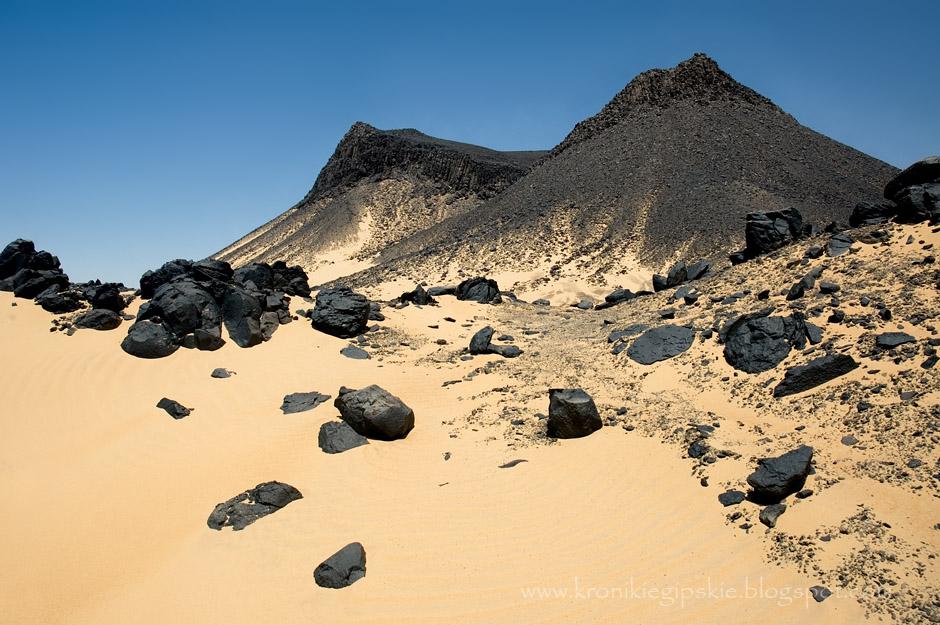 6. EGIPT, Sahara. Czarna Pustynia (Sahara Suda) powstała z erozji magmowych skał, które utworzyły warstwę czarnego proszku i kamieni pokrywających złoty lub lekko czerwony piasek. (Fot. Anna Krukowska)