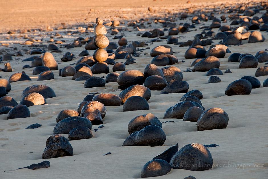 8. EGIPT, Sahara. Pole kamiennych arbuzów – pustynia oferuje nie tylko różnorodność krajobrazów, ale skrywa także wiele geologicznych skarbów, które znajdują się tutaj od milionów lat. (Fot. Anna Krukowska)