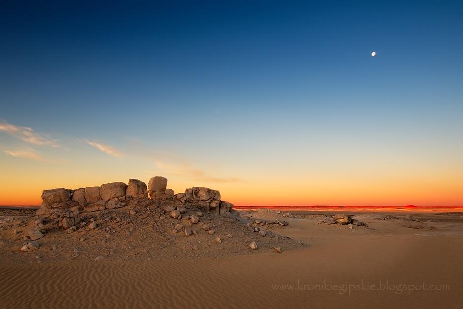 15. EGIPT, Sahara. Pustynia nie jest tylko bezkresem piasku, ale kryje wiele skarbów i niespodzianek. Krajobrazy zmieniają się w kalejdoskopie, na horyzoncie pojawiają się kolejne źródła i oazy. Jest także skarbnicą geologicznych ciekawostek, takich jak: skamieniałe muszle i drzewa, czy szkielety morskich stworzeń, które żyły tu miliony lat temu. A wieczorem wystarczy przymknąć oczy, aby kamienne formacje zmieniły się w dinozaury... (Fot. Anna Krukowska)