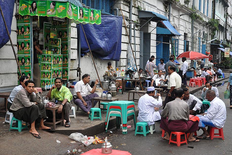 2. BIRMA, Rangun. W ulicznych herbaciarniach przesiadują prawie wyłącznie mężczyźni. (Fot. Joanna Mrówka)