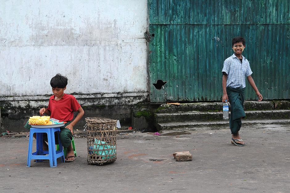 6. BIRMA, Rangun. Spacerując ulicami miasta warto zatrzymać się przy stoisku z ananasami i skosztować tych słodkich owoców. (Fot. Joanna Mrówka)
