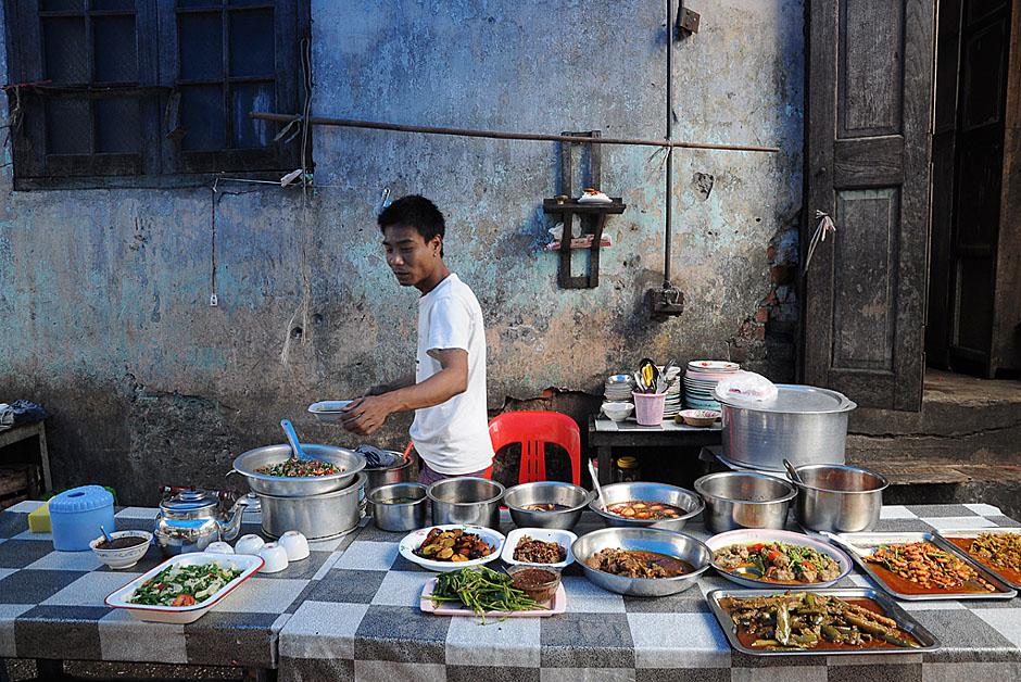 11. BIRMA, Rangun. W ulicznej jadłodajni można spróbować miejscowych specjałów. (Fot. Joanna Mrówka)
