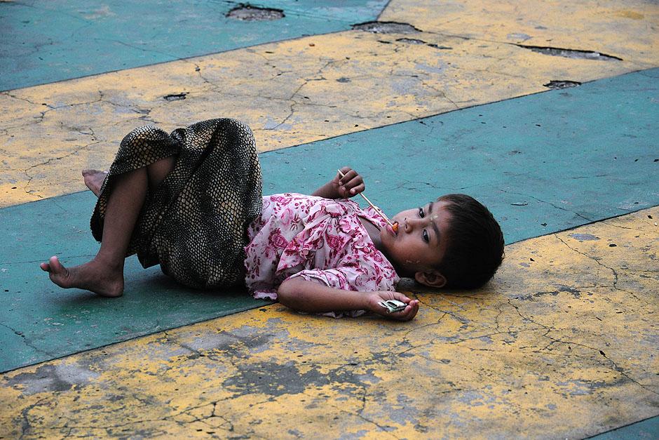12. BIRMA, Rangun. Dzieciaki, którymi nie opiekują się rodzice, spędzają sporo czasu na ulicy. (Fot. Joanna Mrówka)