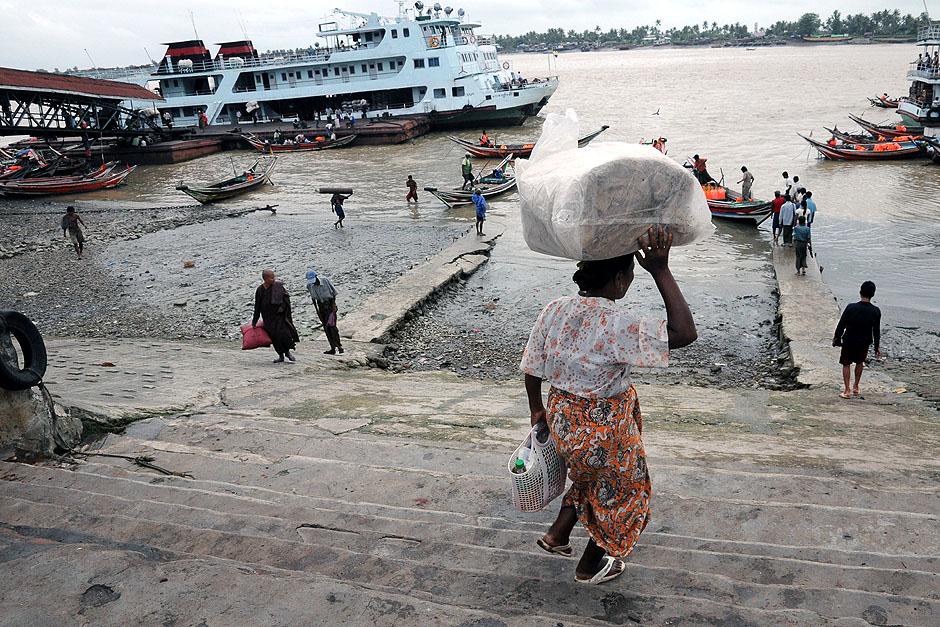 14. BIRMA, Rangun. W porcie nad rzeką nieustannie trwa ruch ludzi i towarów. (Fot. Joanna Mrówka)