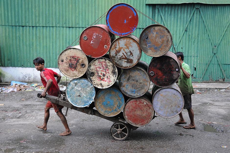 16. BIRMA, Rangun. Towary do portu transportowane są na taczkach. (Fot. Joanna Mrówka)