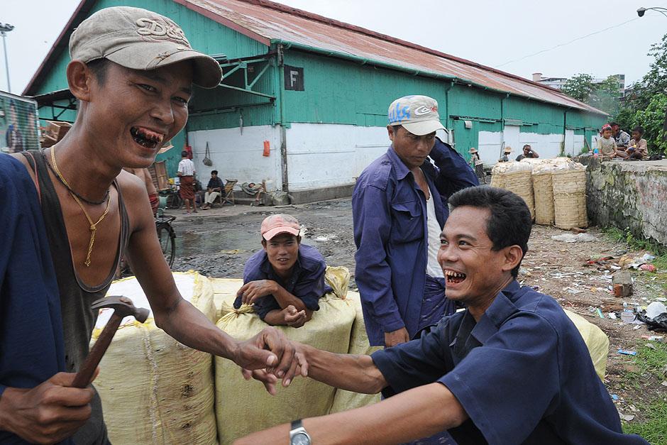 19. BIRMA, Rangun. Tragarze, jak prawie każdy w Birmie, nałogowo żują betel, co powoduje charakterystyczne czerwone zabarwienie dziąseł. (Fot. Joanna Mrówka)