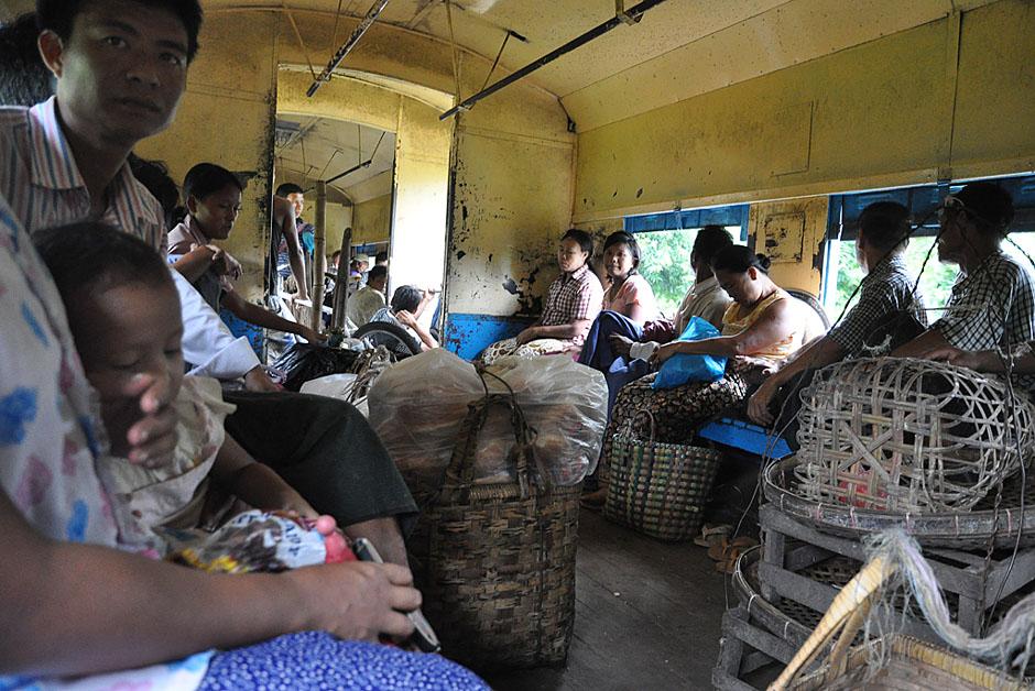 21. BIRMA, Rangun. Pociąg podmiejski, objeżdżający miasto dookoła jest doskonałym środkiem transportu zarówno ludzi jak i kurczaków. (Fot. Joanna Mrówka)