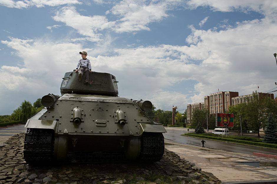 4. NADDNIESTRZE, Tyraspol. Chłopiec na czołgu to jeden z weselnych gości. Jednak zamiast sypania ryżu, woli się bawić w wojnę. (Fot. Thomas Alboth)